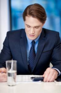 Homme qui analyse un dossier d'affaires